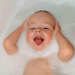 baby_male_bathing_6005172901